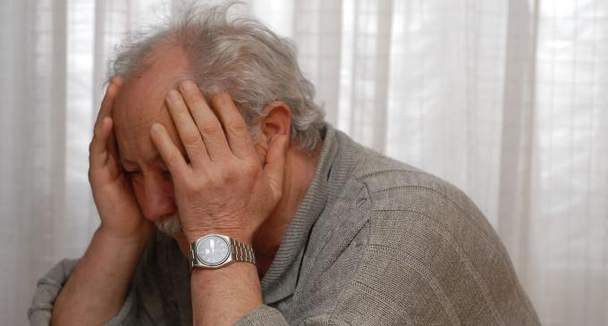 Badante infedele raggira un anziano: si finge la compagna e preleva in banca