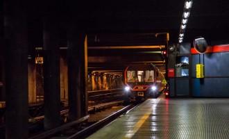 Metro sospesa: un giovane si butta sui binari a Rondò