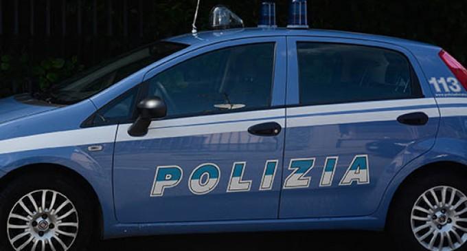 Litiga con la fidanzata e prende a calci le auto in sosta: fermato dalla polizia