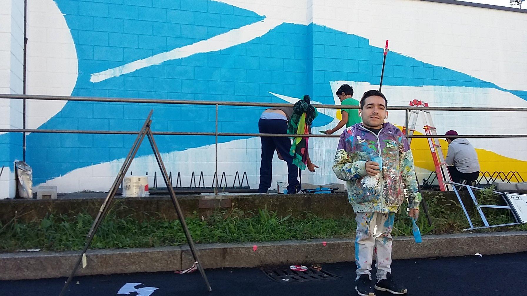 Il writer elian al lavoro sulla facciata della piscina - Piscina di bresso ...