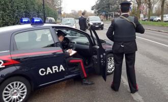 Truffano gli automobilisti lanciando noci per simulare gli urti. Arrestati