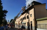 Incendio a Balsamo. Distrutta una mansarda, un uomo intossicato (video)