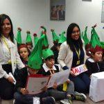 i-bambini-con-le-operatrici-multilingua-da-sx-yan-yan-cinese-gaklin-arabo-lisette-spagnolo
