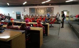 I bambini dell'asilo Frova in visita al Comune guidati dal sindaco