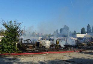 Incendio a Cinisello, distrutti 40 camper e auto