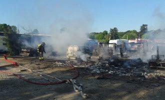 Incendio a Cinisello, distrutti quasi 40 tra camper e auto (gallery)