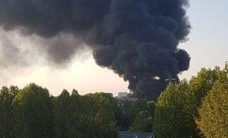 Incendio in via delle Rose: colonna di fumo nero a Cinisello