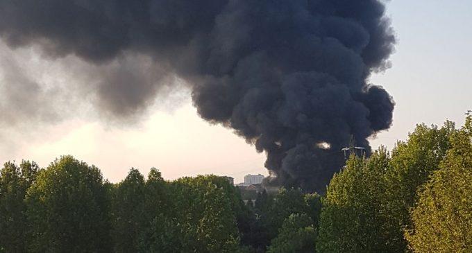 Incendio a Cinisello Balsamo, 20 mezzi tra auto e camper devastati