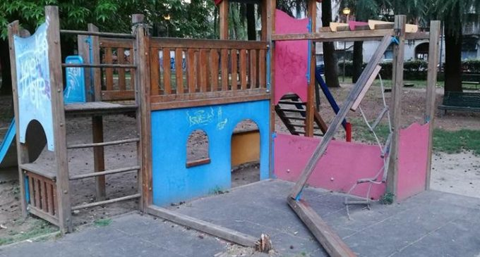 Raid vandalico al Parco Rivolta di Bresso. Danni ai giochi