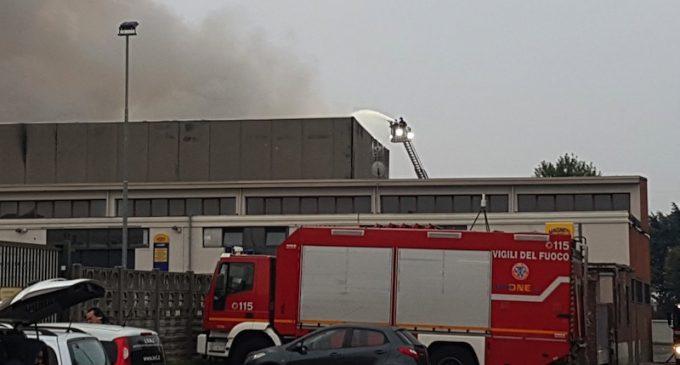 Cinisello Balsamo: rogo nel deposito rifiuti, alta la nube di fumo