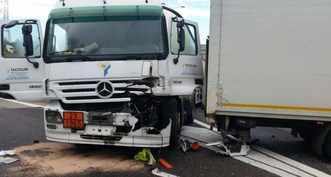 Incidente sulla Tangenziale Nord: due camion coinvolti, grave un autista