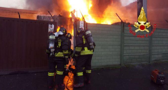 Incendio Cologno Monzese, evacuate famiglie: video, vigili del fuoco a Mediaset