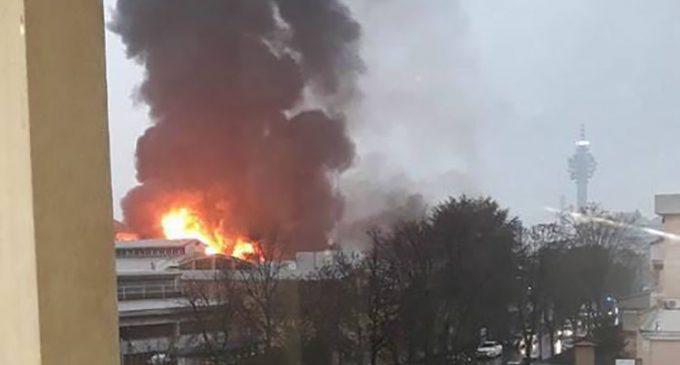 ULTIM'ORA Vasto incendio alla cartiera di Cologno, fiamme alte decine di metri