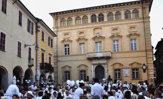Tutto pronto per la cena in bianco a Cusano Milanino