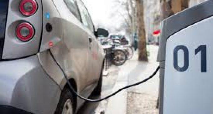 Dodici colonnine per le auto elettriche a Cologno