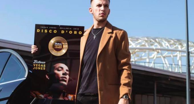 Vegas Jones entra in Sony Music: l'annuncio del rapper di Cinisello
