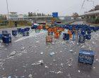 Camion perde il carico a Cinisello: centinaia di bottiglie d'acqua rotte