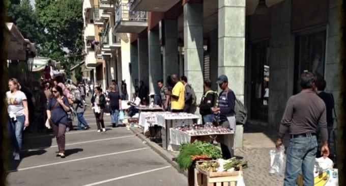 Spopolano i venditori abusivi al mercato, esplode la polemica