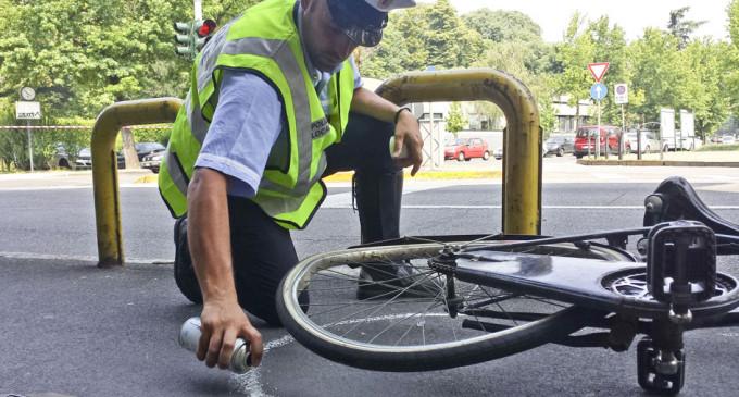 E' morto il ciclista investito in via Robecco