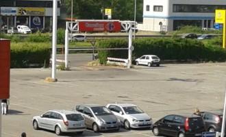 Nomadi nel parcheggio del Carrefour, arrivano i limitatori di sagoma