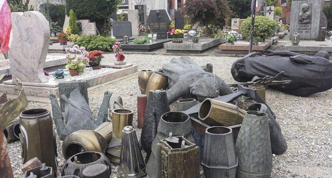 Paderno, danni al cimitero: denunciata una donna di 70 anni
