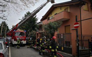 Cinisello, fuoco sul tetto di una palazzina, paura a Balsamo