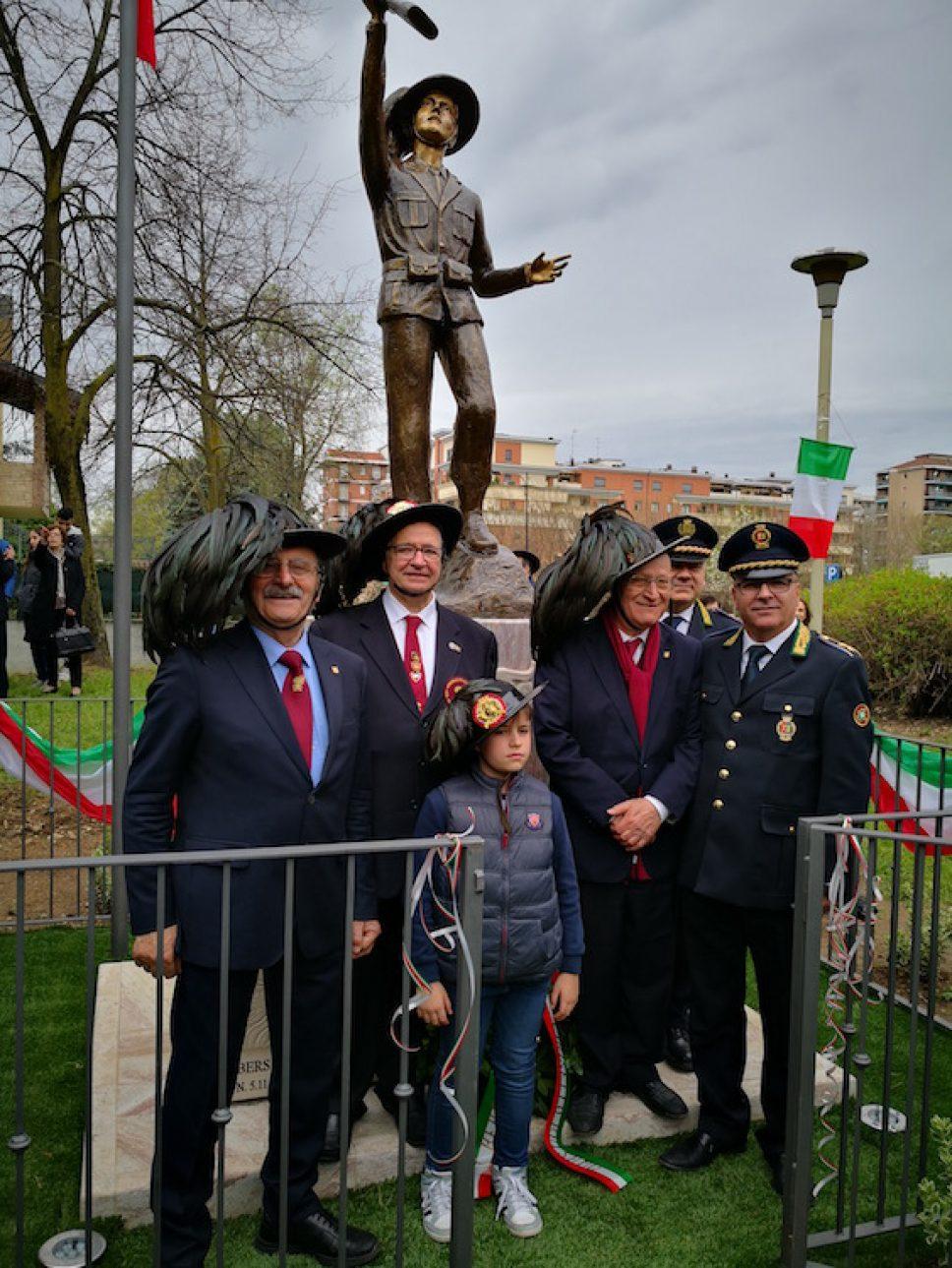 Mille persone per l'inaugurazione del monumento al bersagliere a Cinisello