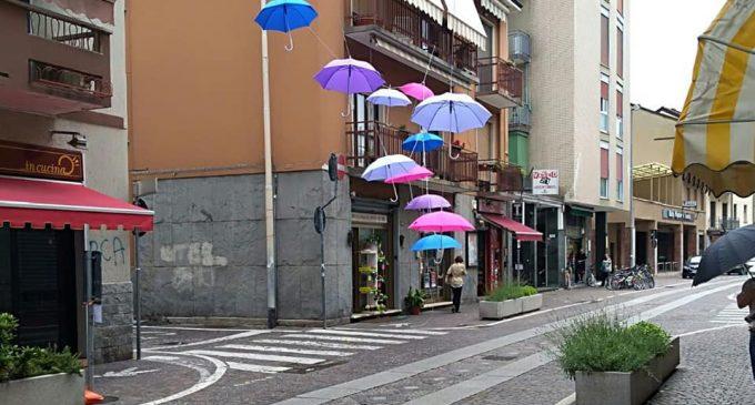 Cinisello, un soffio di vento e gli ombrelli di via Garibaldi cascano al suolo