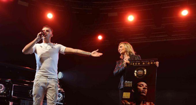 Vegas Jones dedica il suo disco d'oro a Cinisello
