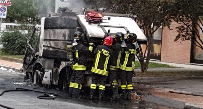 Cinisello Balsamo, in fiamme un mezzo delle pulizie delle strade in via Mariani (guarda il video)