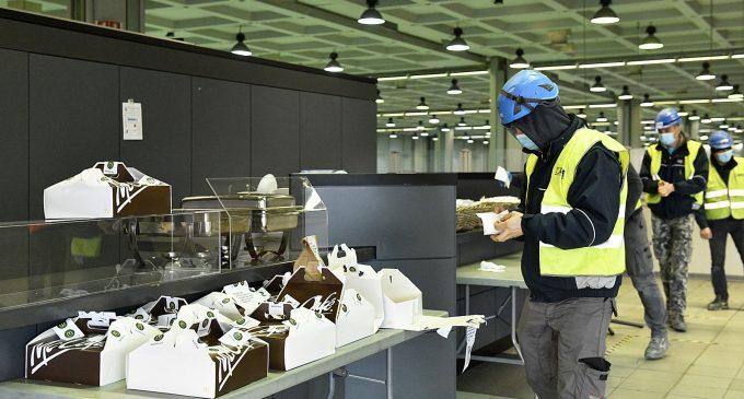 McDonald's distribuisce colazioni al personale impiegato per la costruzione dell'ospedale di Fiera Milano