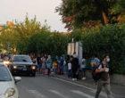 """Cinisello Balsamo, assembramenti fuori dalle scuole e proteste dei genitori: """"Le mascherine promesse dal ministro non sono arrivate"""""""