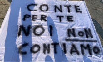 Un flash mob sul Sentierone di Bergamo per celebrare il funerale del commercio ambulante