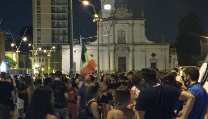 Piazza Gramsci presa d'assalto per la vittoria dell'Italia