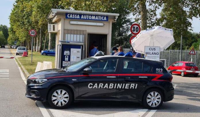 I controlli dei Carabinieri presso la zona parcheggi dell'Idroscalo a Milano