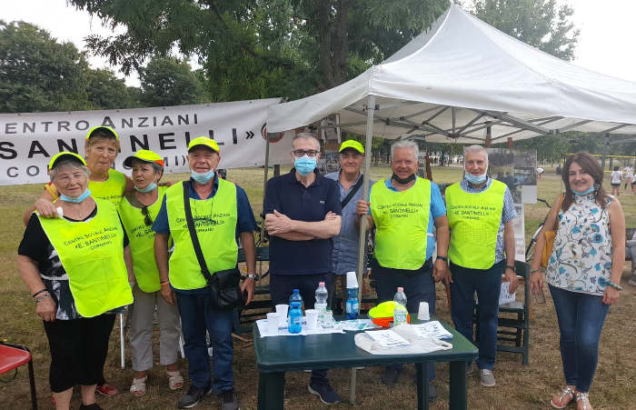 Il sindaco Luigi Magistro insieme a un gruppo di volontari