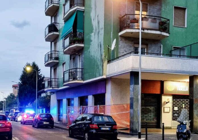 Via Paganelli, angolo via Manzoni. I vigili hanno transennato il marciapiede: pericolo caduta mattonelle