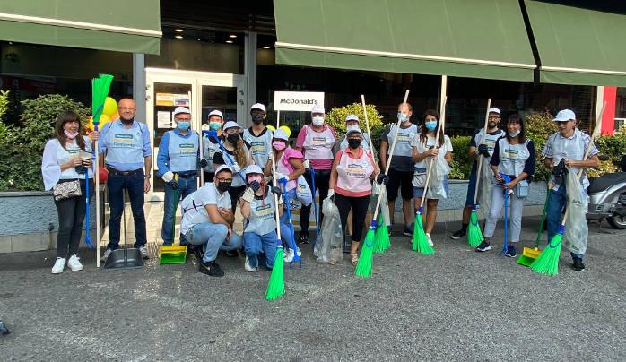 I volontari davanti al ristorante McDonald's di via Farini a Milano